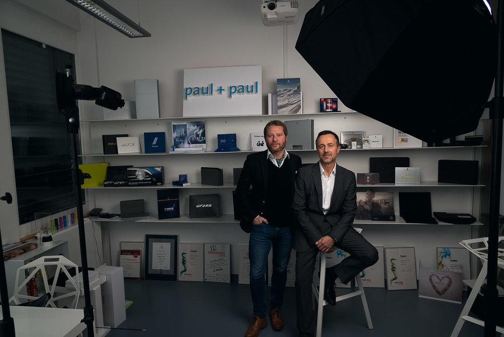 Portraitsetup 2:   Die Produkte der Firma und das Logo dienen als Hintergrund. Das Corporate Design findet sich direkt im Portrait wieder.
