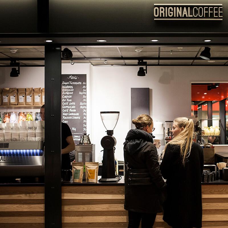 """Staderne - """"Staderne er en fed kaffebar fordi vi elsker at serverelækker kaffe,til dem der står og mangler. Alle kan kigge forbi til en kaffesnak""""– Daniel, bestyrer i Original Coffee StaderneHverdage: 10.00-19.00Lørdag: 10.00-17.00Søndag: 10.00.00-17.00Staderne, Hveen Boulevard,2630 Taastrupstaderne@originalcoffee.dk+45 52 503 541"""