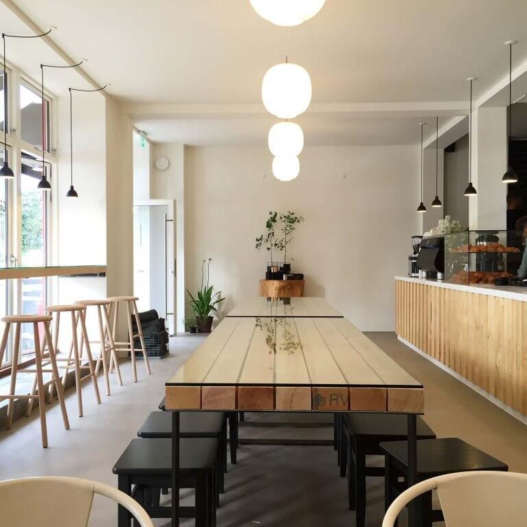 """Nørrebro - """"Kaffebaren med udsigt til søerne, hyggelig Nørrebro-stemning og altid fyldt med masser af søde mennesker!""""– Caroline, bestyrer i Original Coffee NørrebroHverdage:7.30-18.30Lørdag:8.00-18.00Søndag:8.00-18.00Sortedam Dossering 9, 2200 København Ndosseringen@originalcoffee.dk+45 22 365 250"""