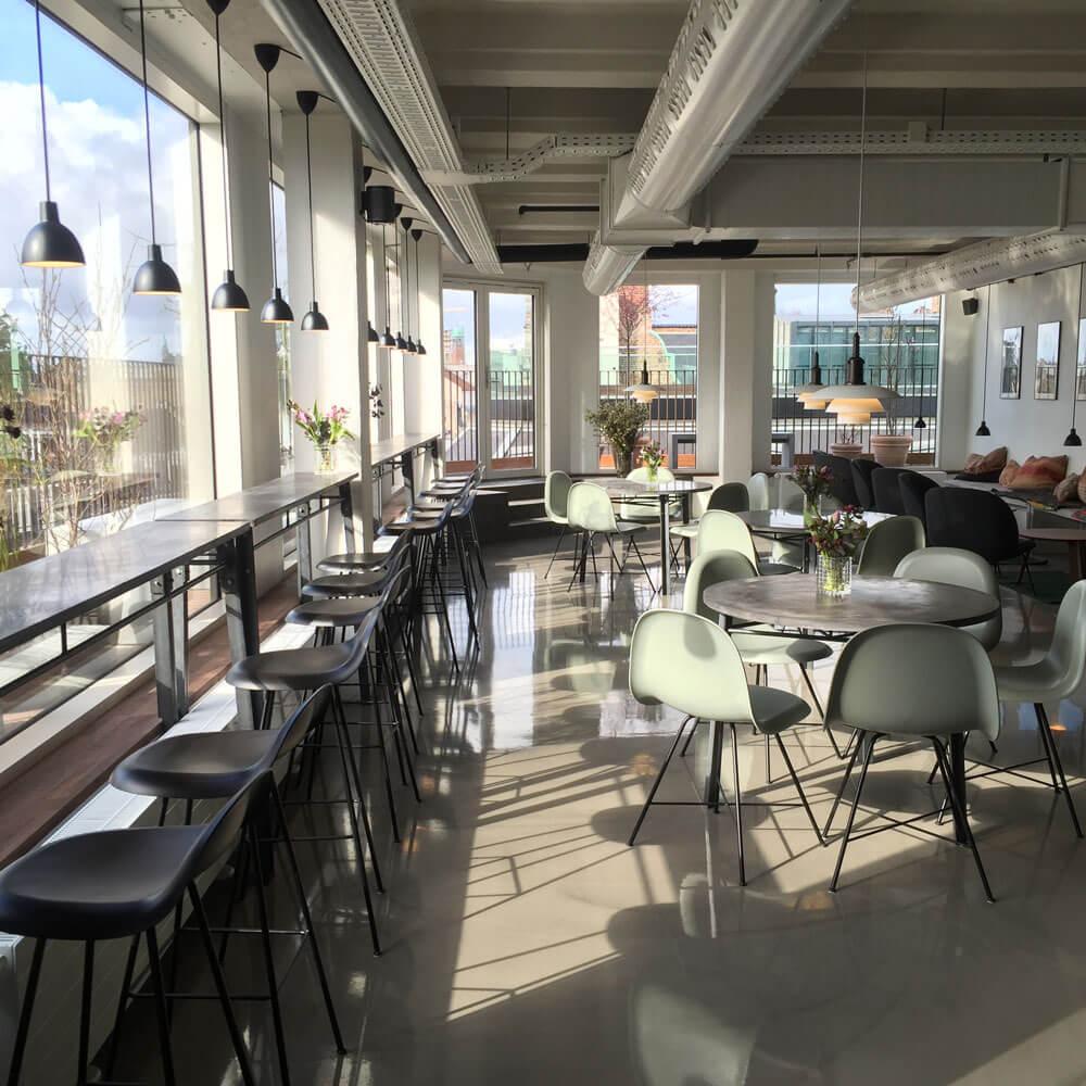 """Illum Rooftop - """"Byens bedste kaffe med byens bedste udsigt lige ned til Storkespringvandet. Det blir' ikke bedre…""""– Pernilla, bestyrer i Original Coffee Illum RooftopHverdage: 10.00-22.00Lørdag: 10.00-22.00Søndag: 10.00-20.00Illum Østergade 52, 1100 København Killum@originalcoffee.dk+45 33 182 693"""