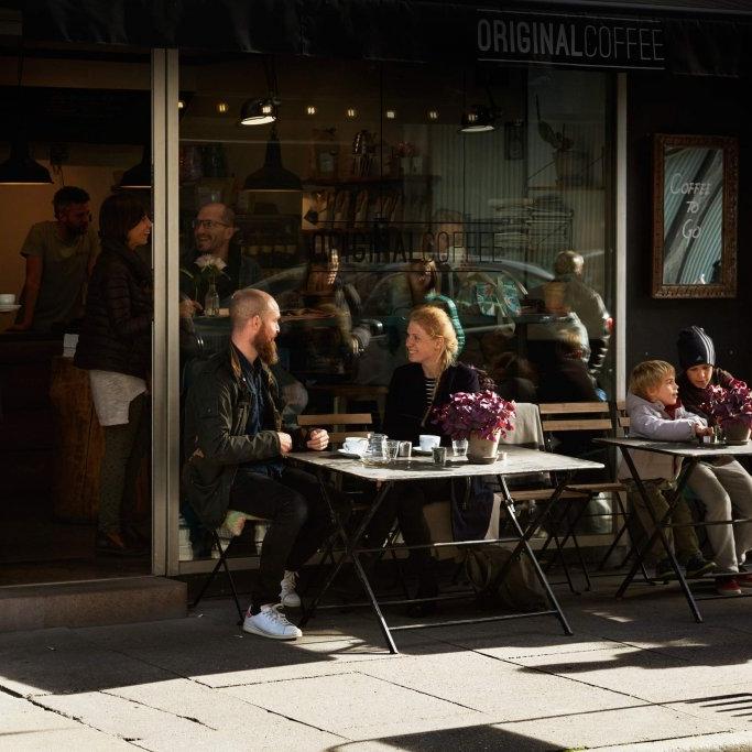"""Bredgade - """"Åbent samtalekøkken, store smil & glimrende kaffe – serveret iafslappende omgivelser i hjertet af København!""""– Ditte, bestyrer i Original Coffee BredgadeHverdage: 7.30-18.30Lørdag:9.00-17.00Søndag: 9.00-17.00Bredgade 36, 1260 København Kbredgade@originalcoffee.dk+45 52 500 523"""