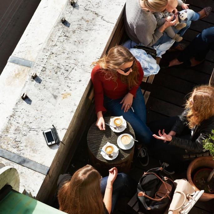 """Illum - """"Vi byder på kaffe og håndmadder med et smil, midt i hjertet af København, med udsigt over byens gamle tage.""""–Pernilla, bestyrer i Original Coffee IllumHverdage: 10.00-20.00Lørdag:  10.00-20.00Søndag: 10.00-20.00Illum, Østergade 52, 1100 København Killum@originalcoffee.dk+45 33 182 793"""