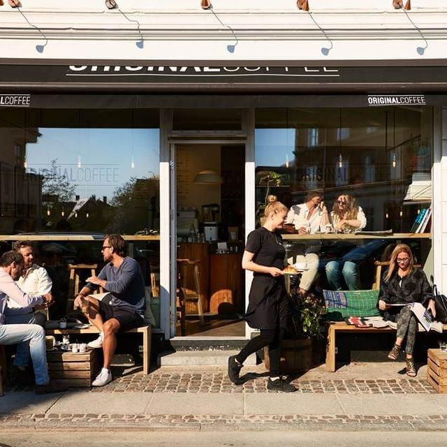 """Hellerup - """"Hyggelig kaffebar på strandvejen, hvor en god kop kaffekan nydes i god stemning.""""–Sebastian, bestyrer i Original Coffee Hellerup  Hverdage: 7.30-19.00Lørdag: 8.30-18.00Søndag: 8.30-18.00Strandvejen 149,2900 Helleruphellerup@originalcoffee.dk+45 71 702 997"""