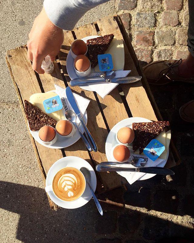 Vi nyder den sidste morgensol! ☕️🐣💛☀️🥖🧀 #originalcoffee #originalcoffee #oc #coffee #coffee #latteart