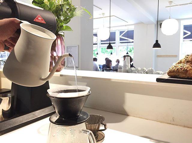 Vi står klar til at brygge din søndagskaffe med vores nye udstyr fra Kinto! Du kan selvfølgelig købe udstyret fra Japan på vores løssalgshylde i baren og snart på vores hjemmeside! God søndag! 🇯🇵☕️ #originalcoffee #original #oc #dosseringen #kinto #coffee