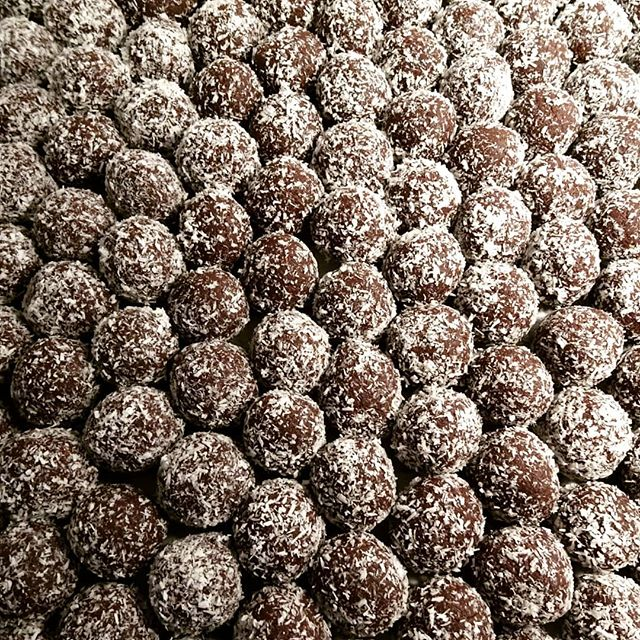 Bites on bites on bites ! 😏 Our Cocoa Coconut Bites  are full of amazing ingredients and bursting with flavour ! Chocolate and Coconut,  how could you go wrong 😍