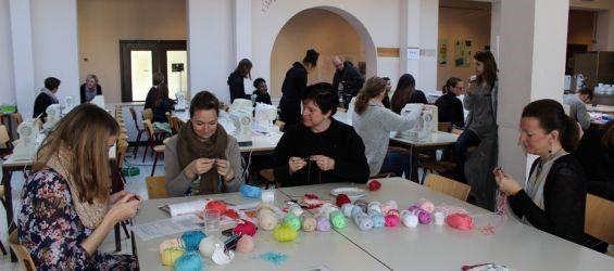 Gazet Van Deurne - School naait kleedjes voor overleden kindjes