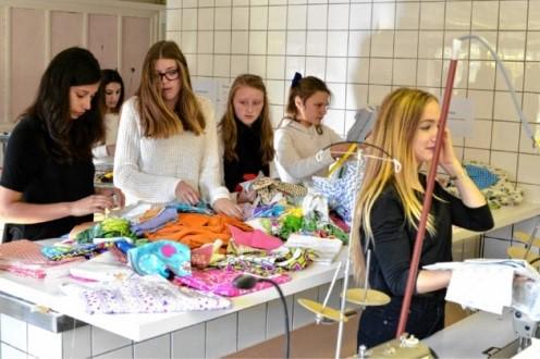 GVA - Leerlingen mode naaien kleertjes voor overleden baby's
