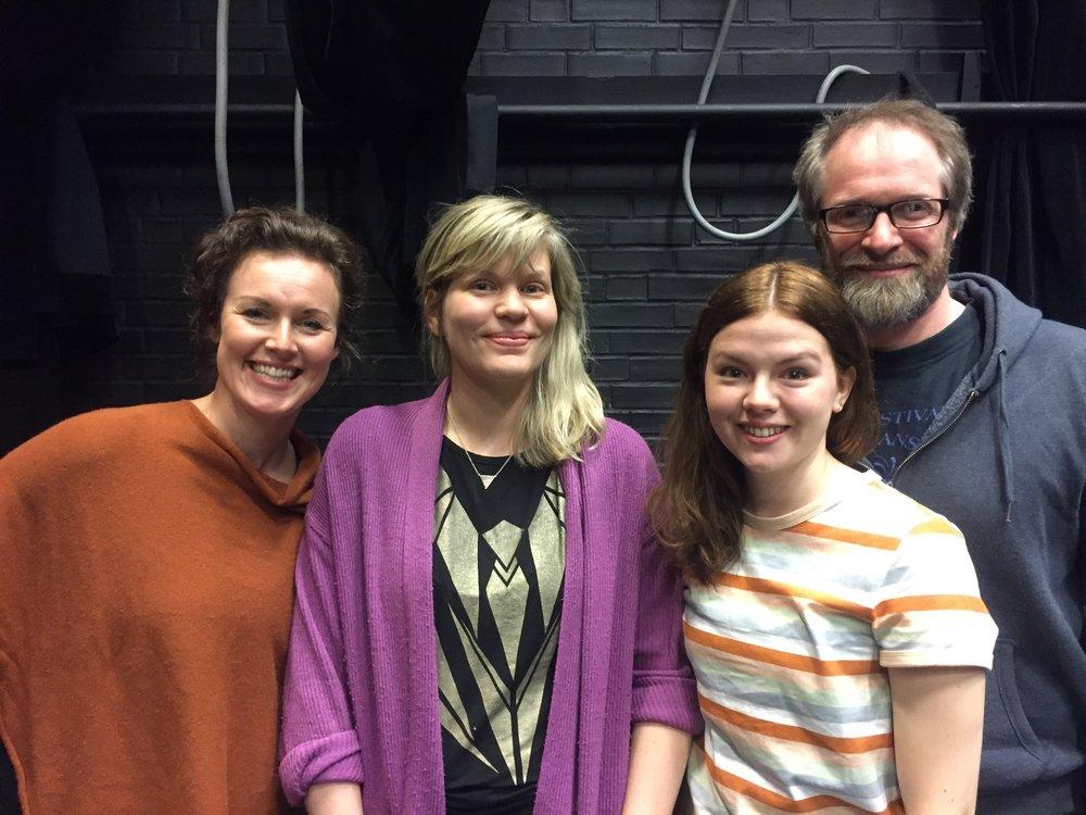 Regissør Miriam Prestøy Lie saman med skodespelarane Idun Losnegård, Reidun Melvær Berge og Kyrre Eikås Ottersen.