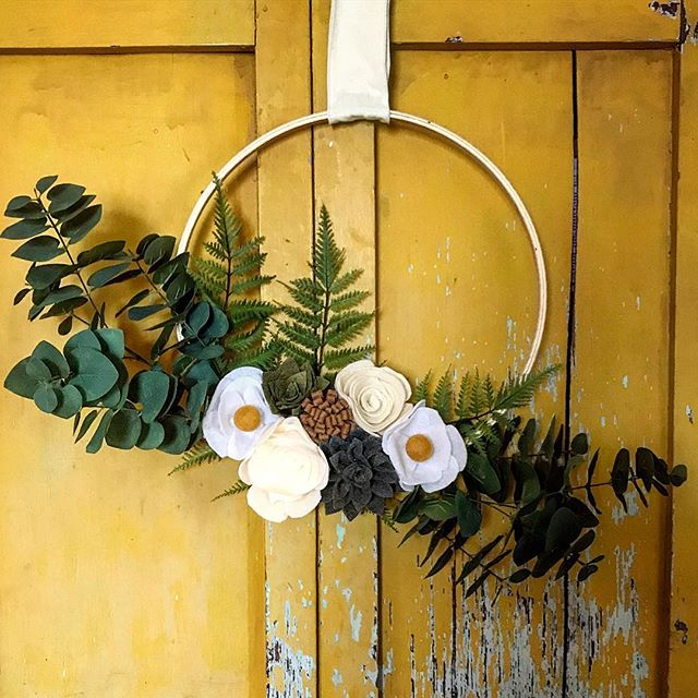 There is something so rewarding about decorating your home with things you made with your hands. Crafted this little felt wreath gem at last weekend's lady craft weekend and already enjoying it each time I pass by my front door.