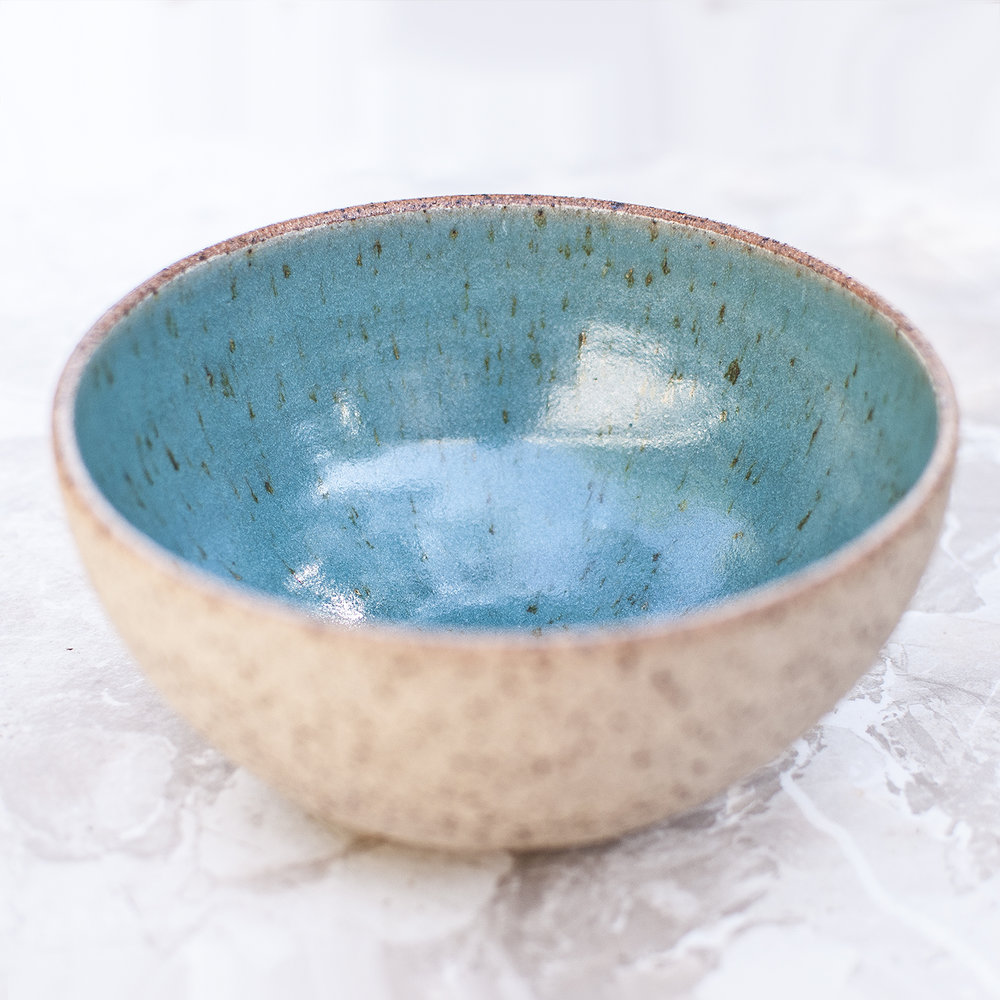 BOWLS   Individually hand thrown using texturised stoneware. Finished with cream or blue gloss glaze on the inside.  Waterproof & dishwasher-proof  Approx dimensions  Ø: 15 - 25 cm  H: 10 - 15 cm