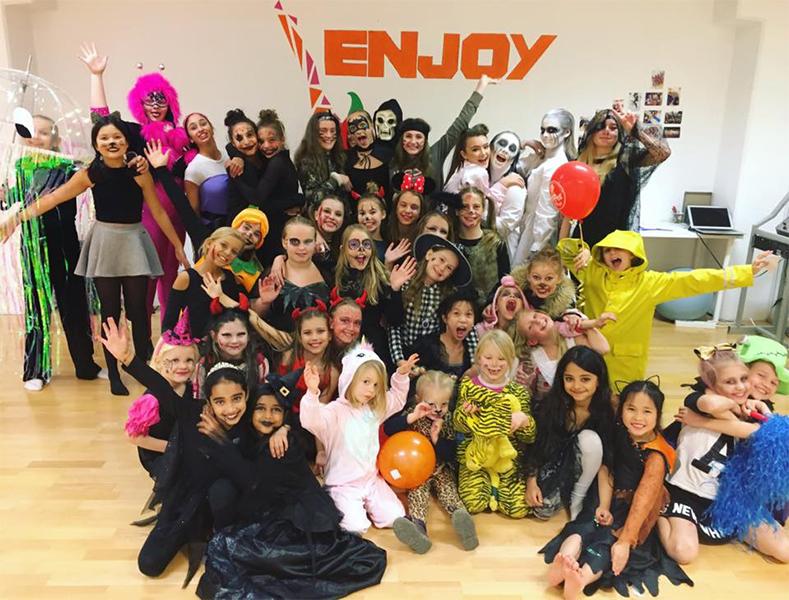 Høy steminig og mange skumle, morsomme og søte unger på vår halloween fest.