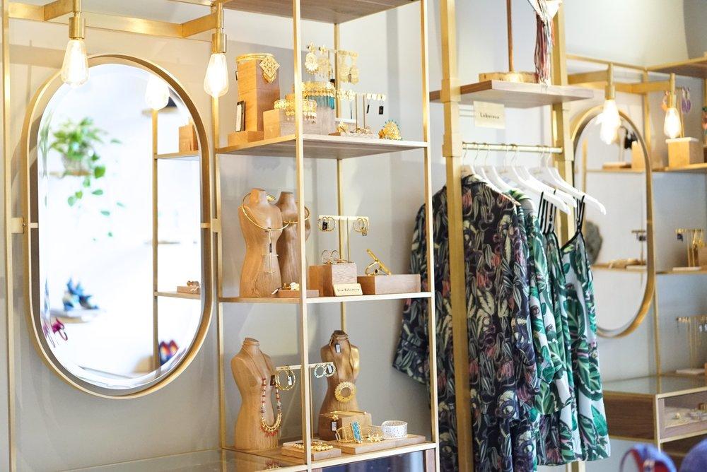 Las paredes de Agua de Leon se adornan con estantes de bronce para cada marca. En la foto se exhiben los productos de  Lobo Rosa ,  Liza Echeverry , y otros diseñadores notables.
