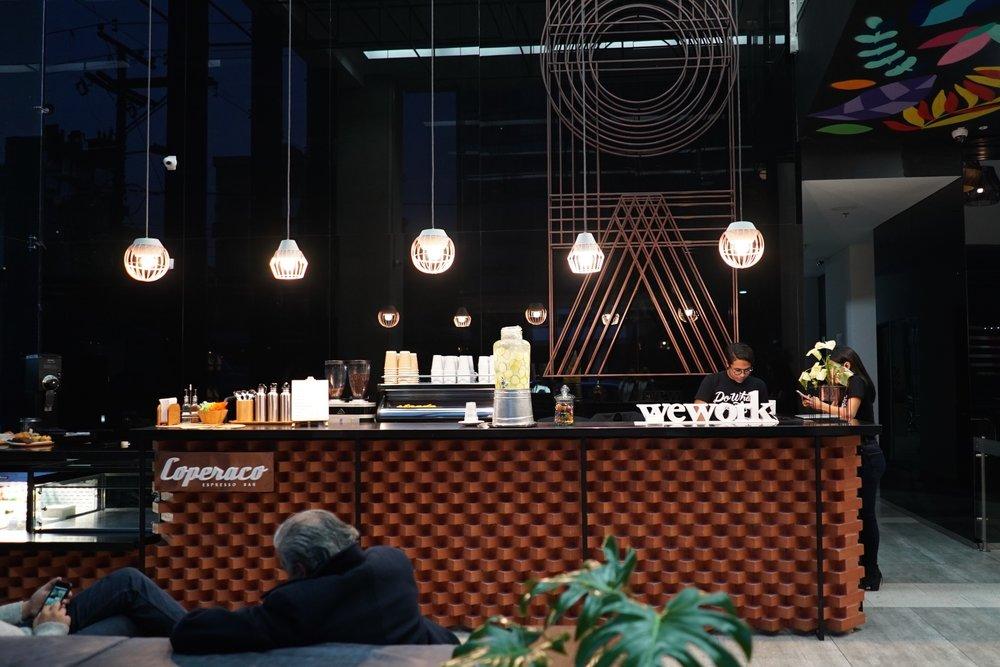 """La recepción de WeWork es un tributo a Bogotá, """"La Ciudad de Ladrillo"""" con un mostrador hecho de ladrillo amontonado."""