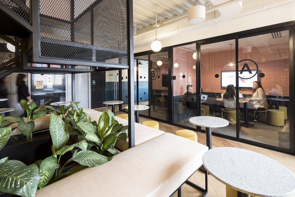 Hay salas de conferencia disponibles para reservar en cada piso.