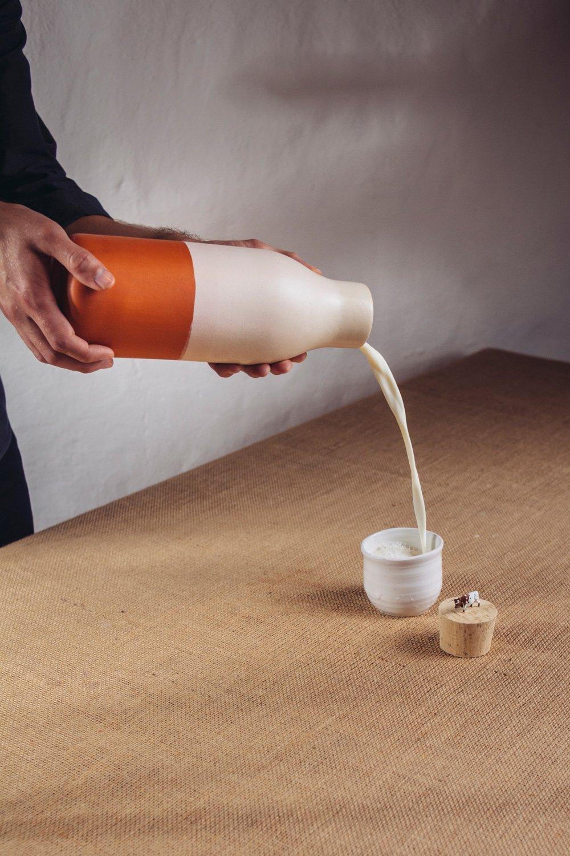 Esta botella de leche esta sellada con el mismo ingrediente que esta diseñado a contener.
