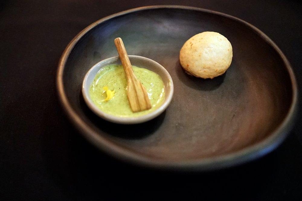 Con el  amasijo de sagú , o harina hecha de palma sagú, tomada con una salsa de guasca ,  empieza la comida en Leo, el restaurante insignia de Espinosa.