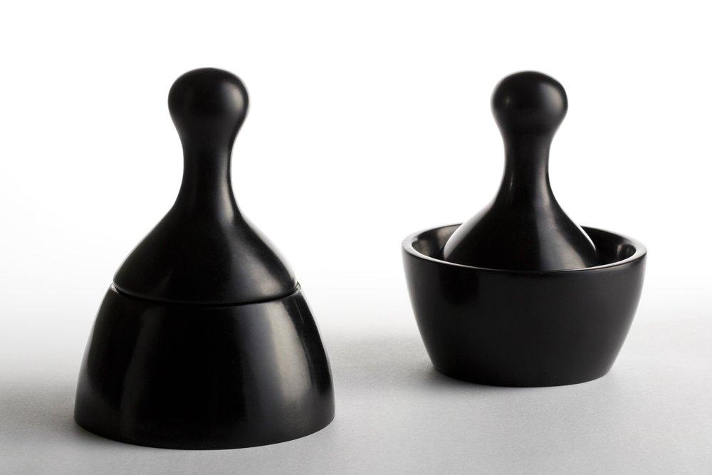 El Mortero esta compuesto por una tapa y un recipiente que se pueden encajar de dos formas diferentes, la primera se asemeja al icónico  poporo  Quimbaya, el segundo es utilizado para moler semillas, especies, y otros alimentos.