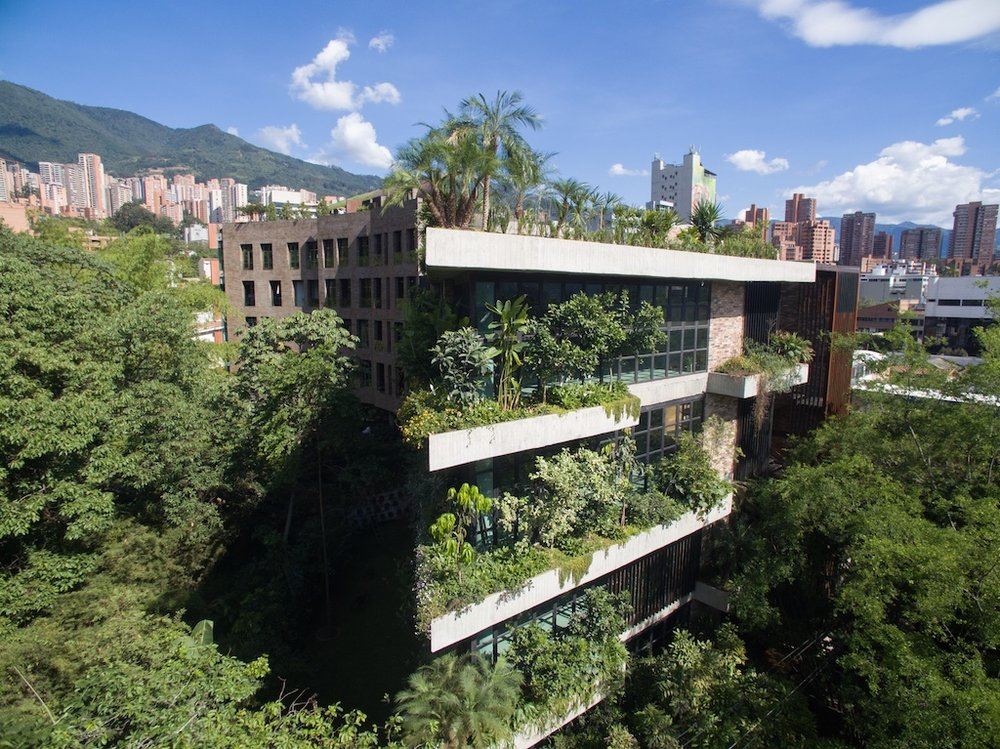 El Matorral  se encuentra entre las dos principales vías artificiales y naturales de Medellín, Calle 10 y Quebrada La Presidenta.