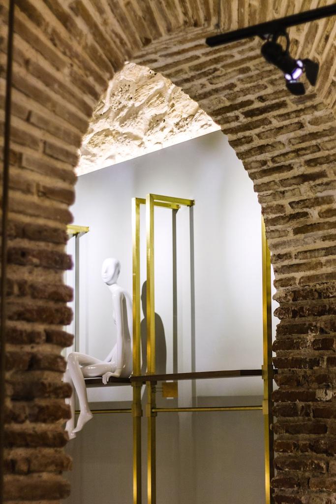 Los estantes de bronce, enmarcados por un arco de calicanto, foto de Santiago Marzola.