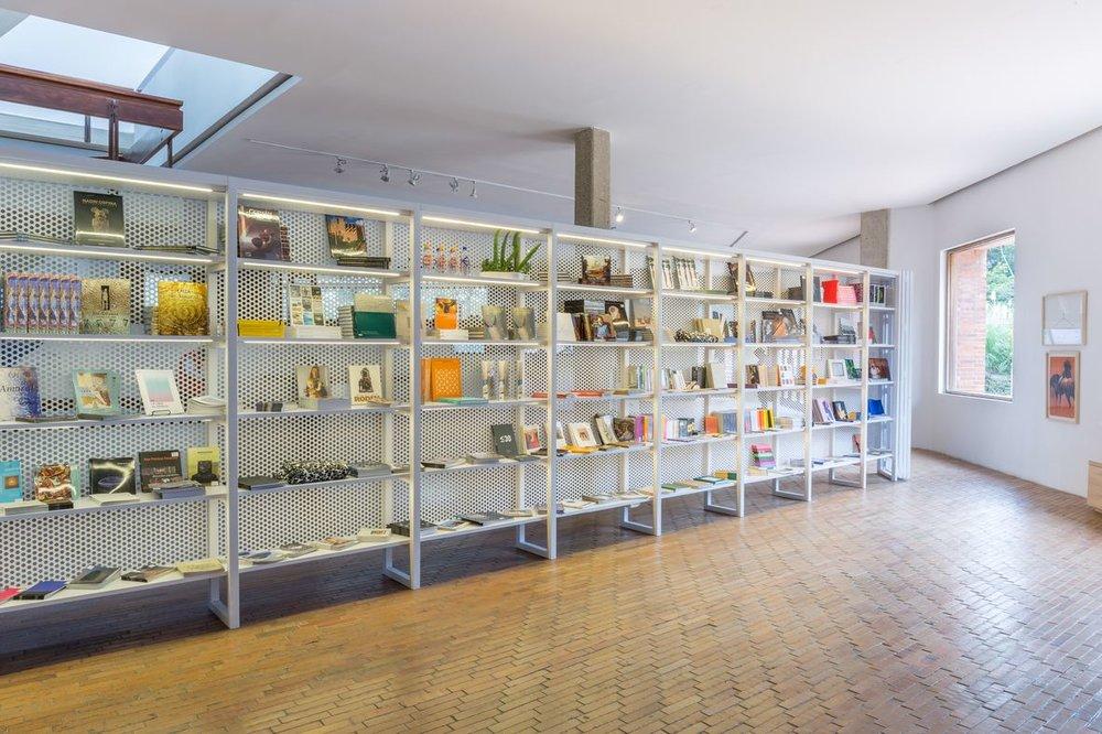 La tienda nueva tiene una muralla de metal con perforaciones y estanterías modulares para exhibir libros de arte y otros souvenirs. Foto de Sebastián Cruz.