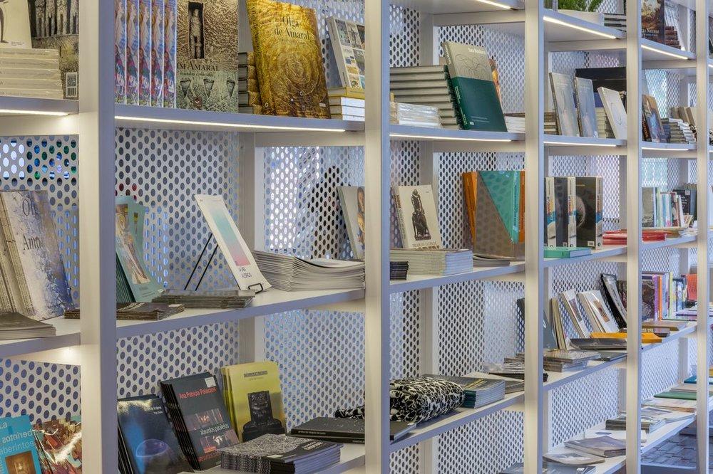 Otra perspectiva de la estantería de la tienda. Foto de Sebastián Cruz.