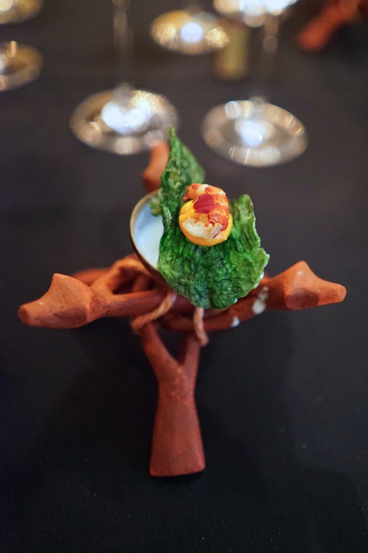 Para la segunda entrada se ofrece langostilla con limón mandarino y  basket pepper , acompañado con leche de coco.