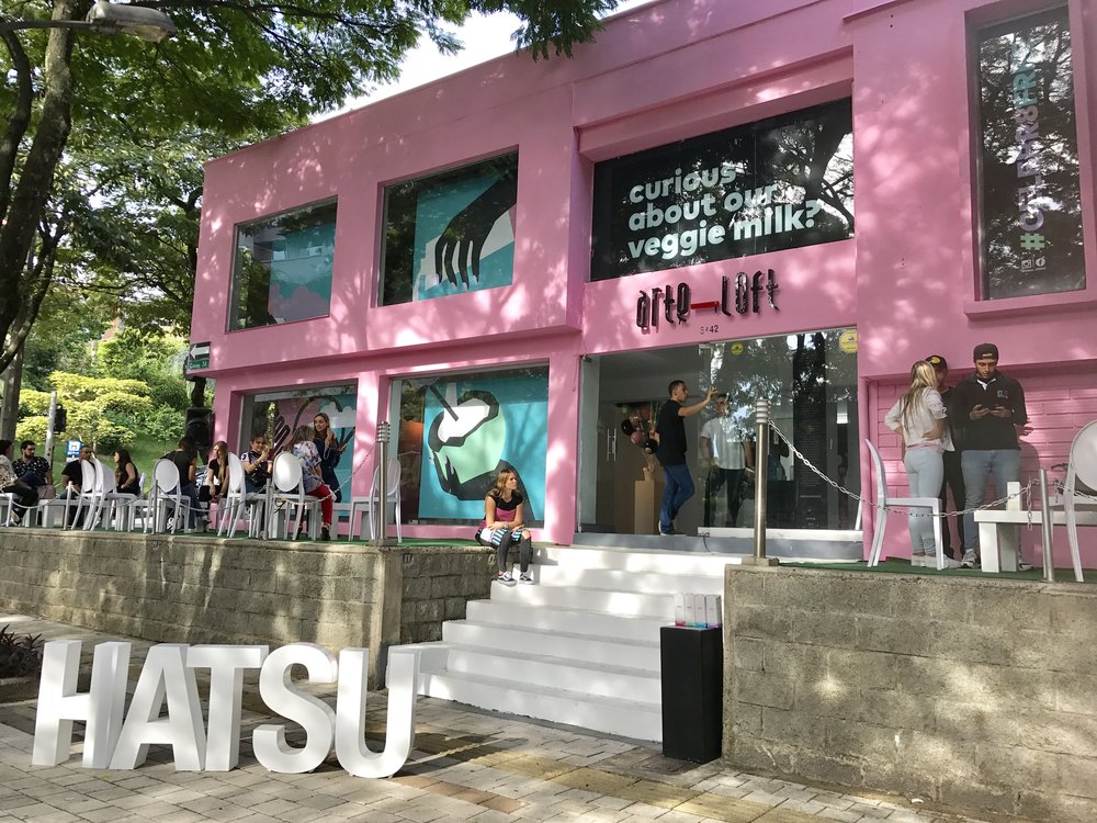 The launch of Hatsu's new product took place at the Arte Loft gallery in Medellin, and was presented as an artistic installation featuring Herrada's design at the center.