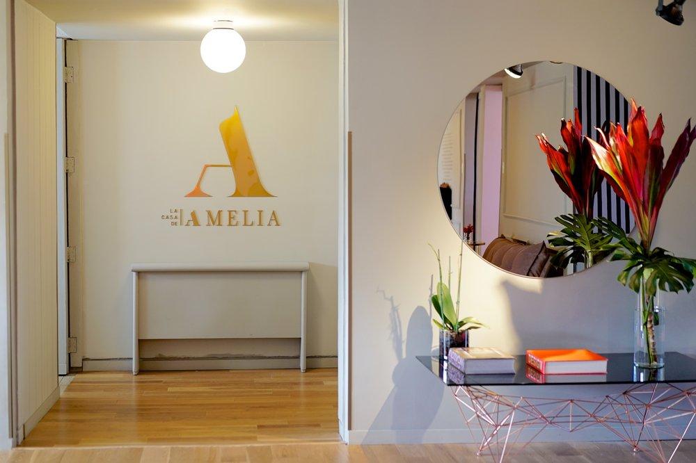 Los detalles son esenciales en La Casa de Amelia, con flores frescas, libros, y piezas únicas adornando cada rincón.