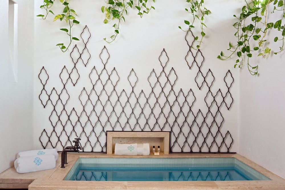 A view of the jacuzzi, with a design starring the Moroccan trellis. Photo by  Tawfick Espriella .