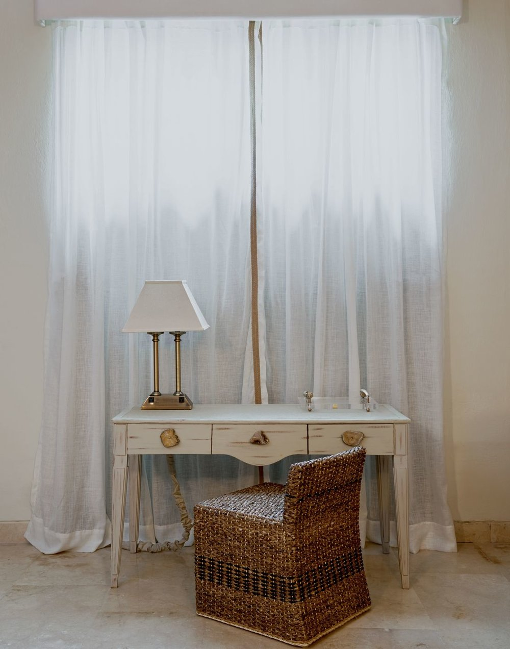 Details in the guest rooms. Chair made of banana leaf and silk ribbon. Photo by  Tawfick Espriella .