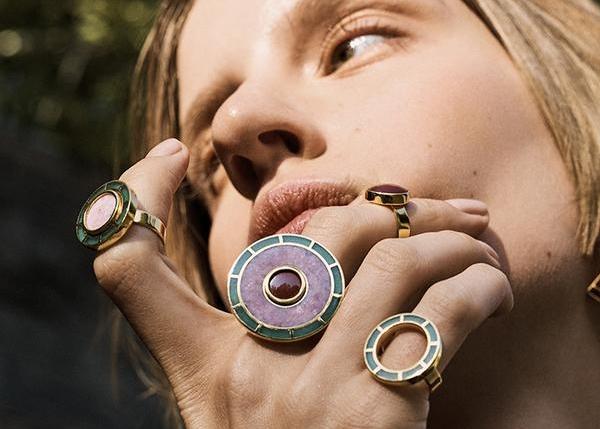 Los anillos de Sordo crean una constelación de formas y tamaños que encajan perfectamente entre sí. Fotos cortesía de  monicasordo.com .
