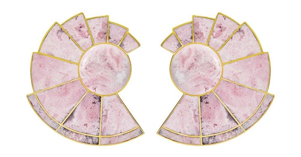 Pendientes  Nautilus Earfan  en rodonita rosa natural y latón chapado en oro de 21 kt. Fotos cortesía de  monicasordo.com .
