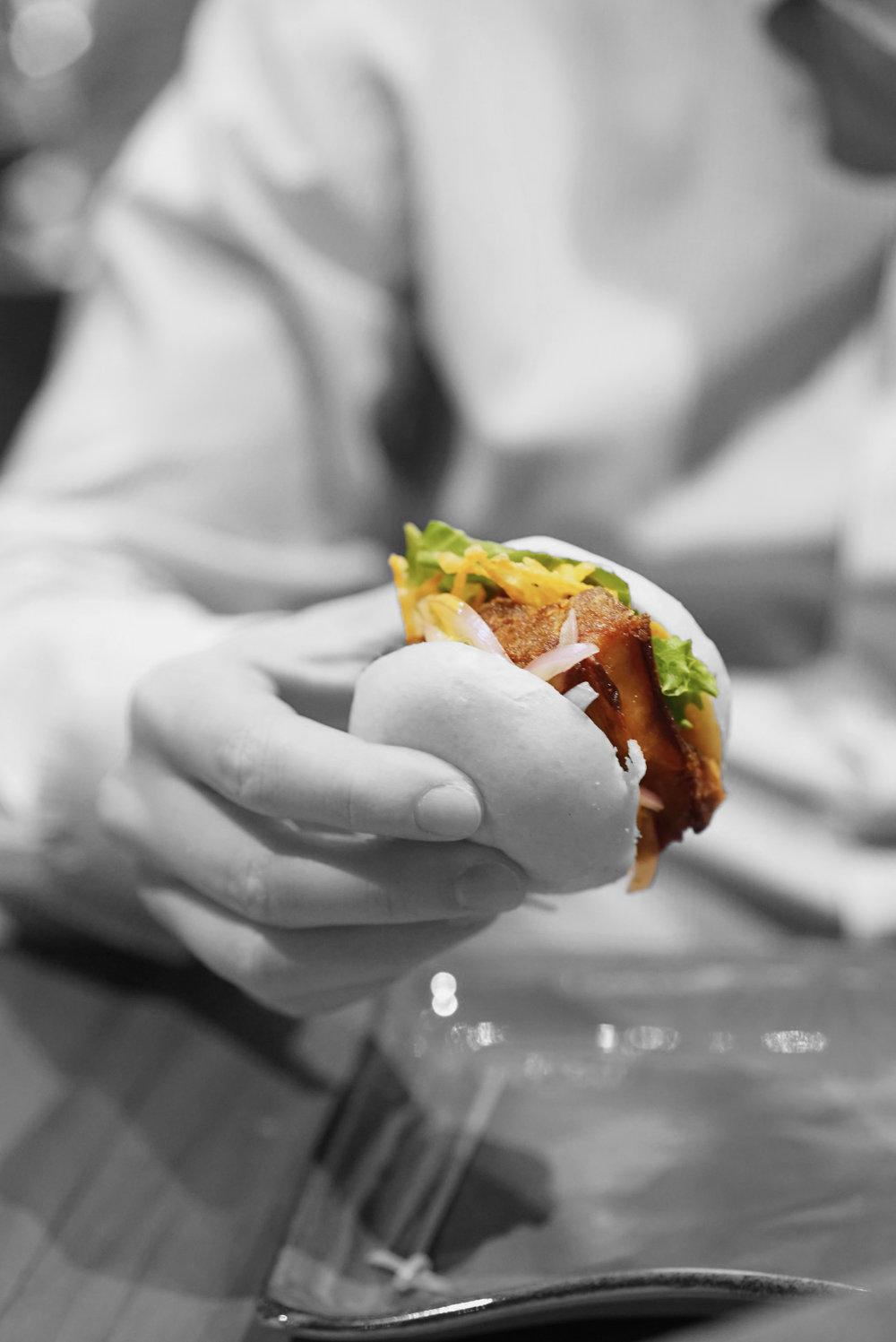 """""""Sanguchito"""" o pan al vapor con pancetta confitada"""