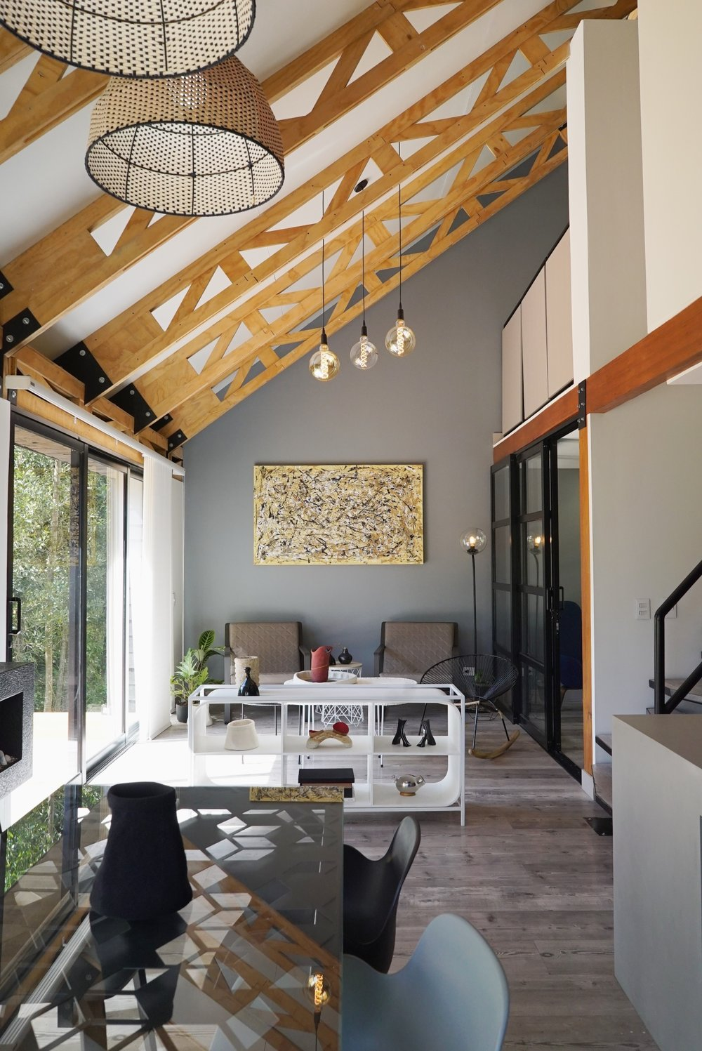 El interior cuenta con una cocina abierta que integra tanto el comedor como el área social.