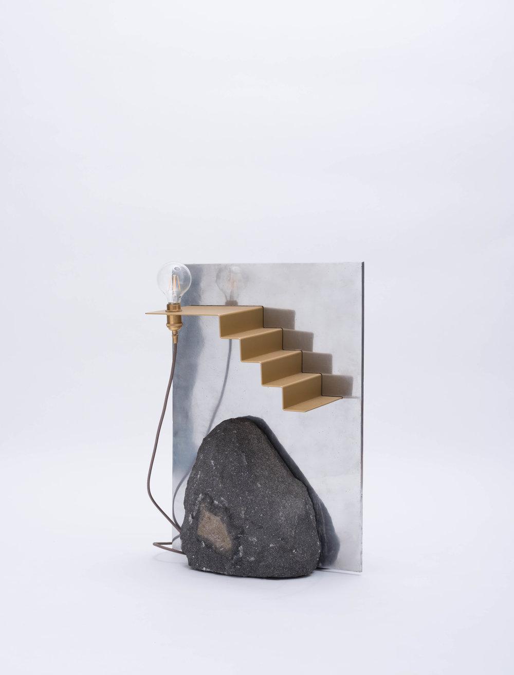 Lámpara Montaña/ Pirámide - Hecho con piedra volcánica, aluminio fundido a mano, acero con recubrimiento en polvo y herrajes de latón. La lámpara explora la representación literal y simbólica de una montaña.