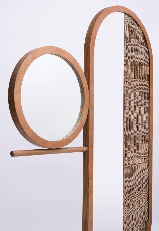 Biombo Eclipse/ Sol - Hecho en mimbre tejido a mano, espejo y pino. Un homenaje al eclipse solar, este set de biombos juega con la dualidad de un espacio sólido y vacío, combinando formas circulares divididas por un tejido de mimbre.