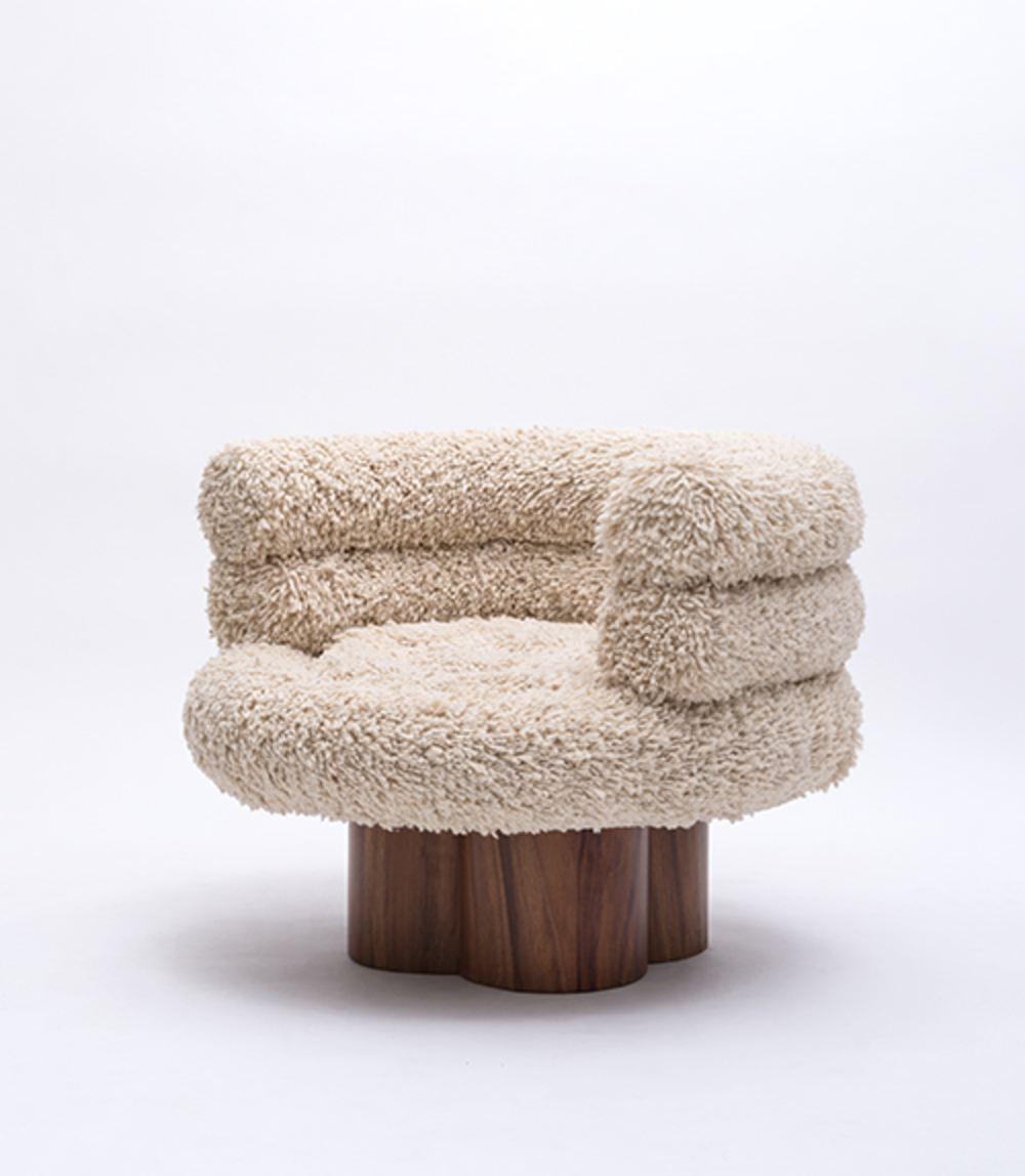 Silla Lana - Hecho con lana orgánica de Momostenango y madera de Concaste. La lana de Momostenango es una lana especial que se obtiene en el altiplano guatemalteco, y se utiliza generalmente para alfombras y tapices. En este caso, el estudio pretende elevar este material como elemento principal del diseño de la silla.