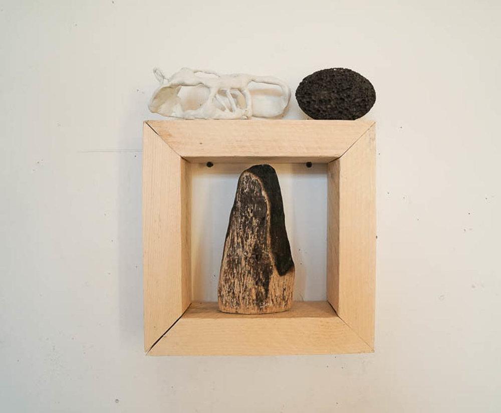 simulacro  madera, resina, hueso, piedra