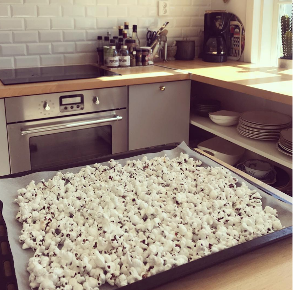 Som att rädda en rostmacka fast gott - Om ni någon gång mot förmodan och av någon outgrundlig anledning 😋har popcorn kvar dagen efter ni har poppat så får ni absolut inte slänga dem. Sätt istället ugnen på 100 grader och häll ut popcornen på en plåt och skjuts in i ugnen i ca 10 min och voilà krispiga supergoda popcorn 👌🏻🍿😍