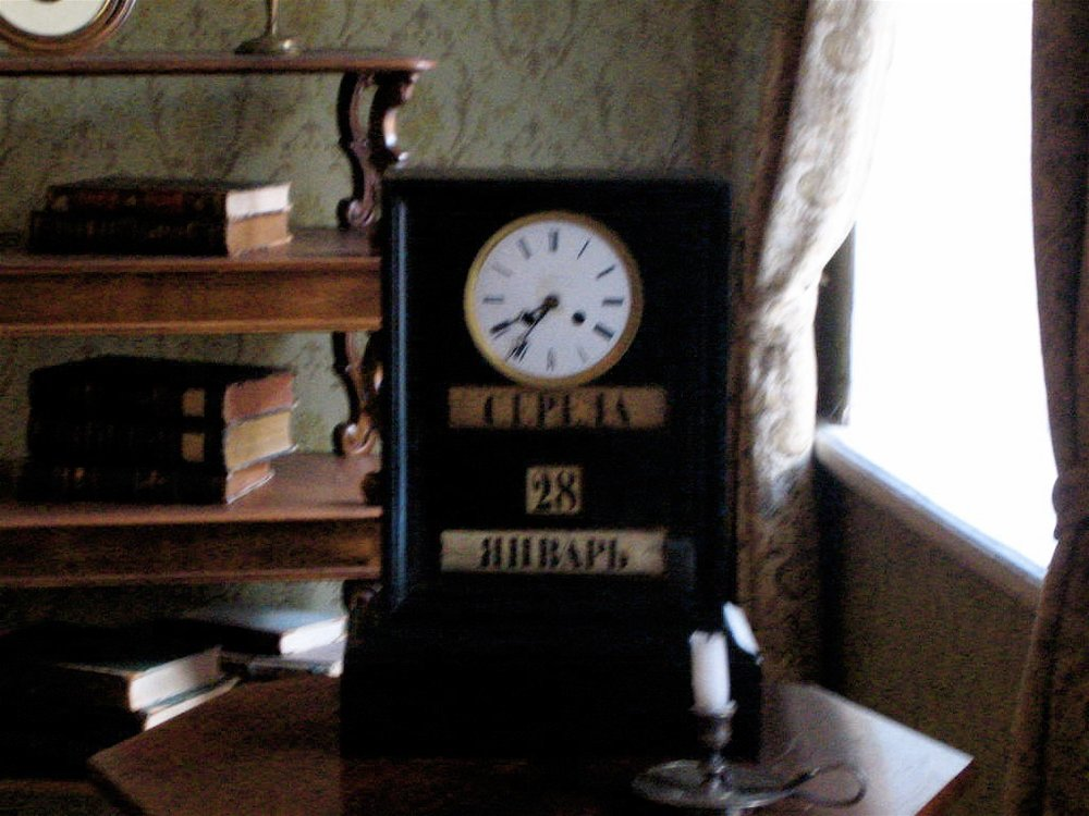 Doestoyevsky_house_black_clock.jpg