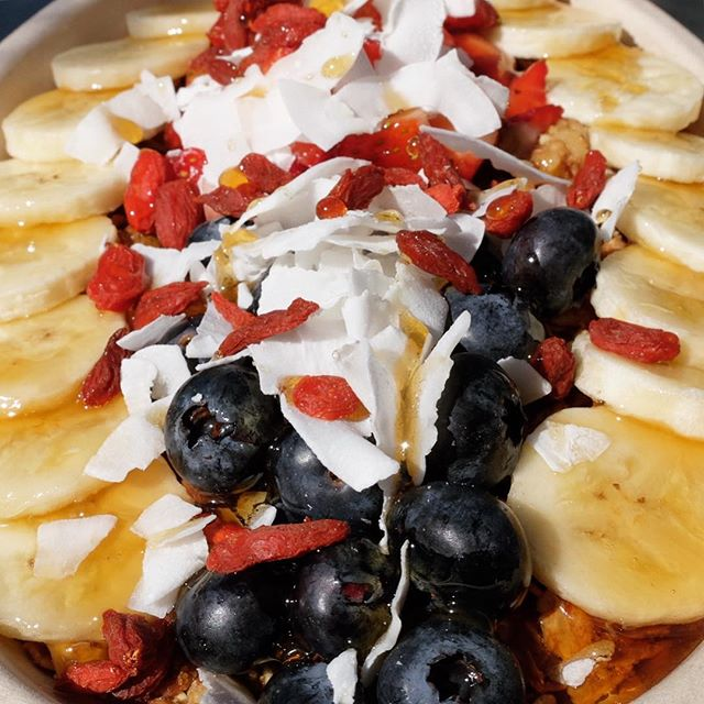 Sun is out! 🙌🏻🌞🙌🏻 How about a Tropical Açai Bowl? #liquidjuicebar #healthybreakfast #delicious #LAwinter