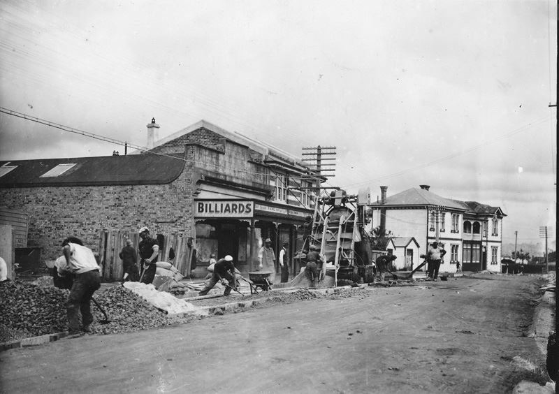 Queen Street with the Tavern in background. Image credit: Kim Milne. Late 1930s.