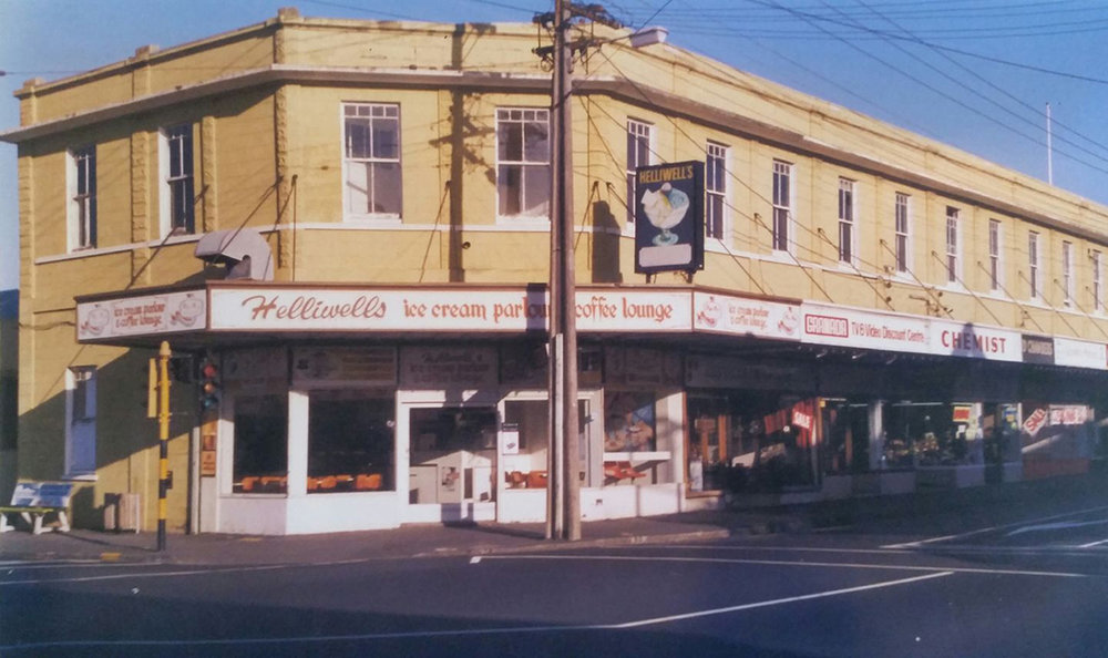 Strand Chambers on Lake Road in Takapuna. From left Helliwells (No. 476), Strand Pharmacy (No. 472) and Rewhiti Florists (No. 468). Image credit: Wayne Ward. 1985.