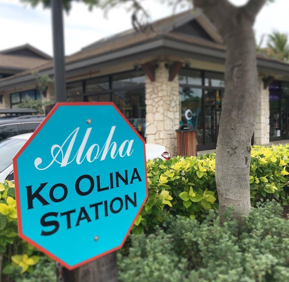 コオリナ・ステーション内には、ABCストア・Island Vintage Coffeeがあります。    Gallery Olaniは、駐車場に面しています。