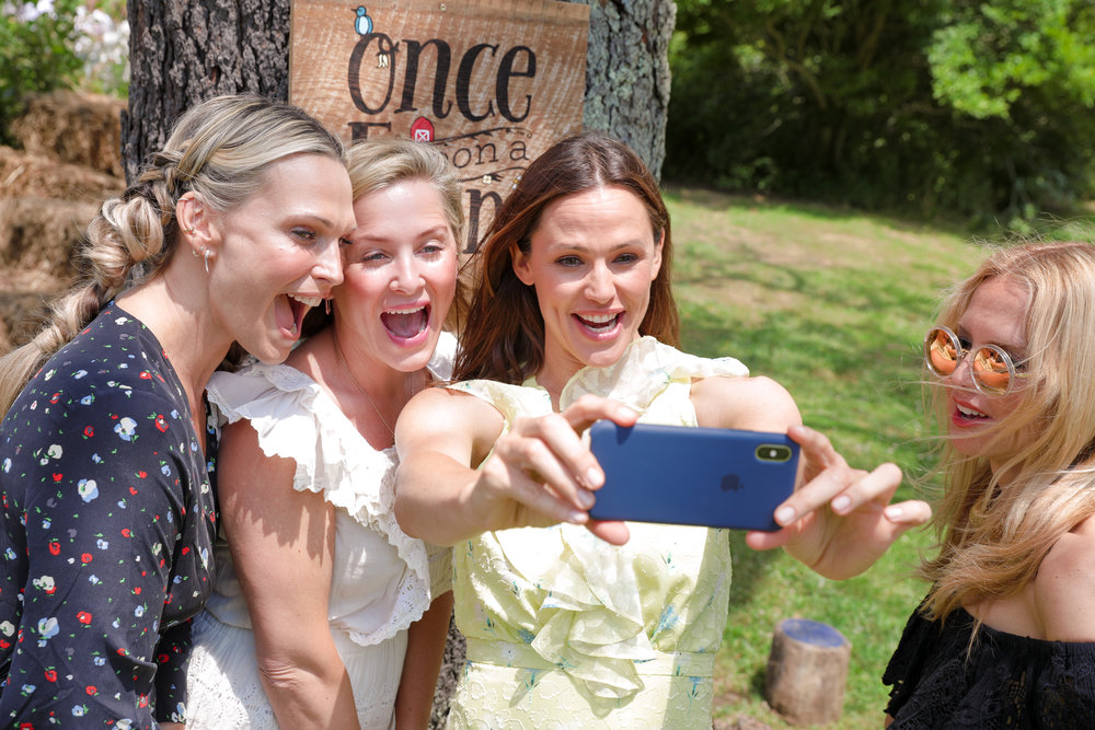 Jennifer Garner with Molly Sims, Jessica Capshaw and Rachel Zoe at Amber Waves Farm in Amagansett, N.Y.