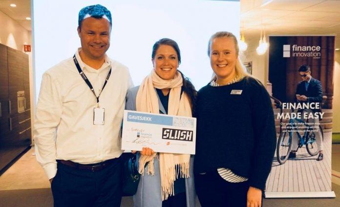 Team Shrewdy represented by Marte Vassbotten and Ellen Blomkvist receiving the first prize from CEO of Finance Innovation, Atle Sivertsen. Photo: Finance Innovation