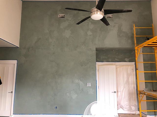 The biggest wall I ever did plaster. Still wet. Finished pics coming tomorrow. After I finish. ✌🏼 . . . #americanclayplaster #americanclay #plasterwalls #atx #interiordesign #homerenovation