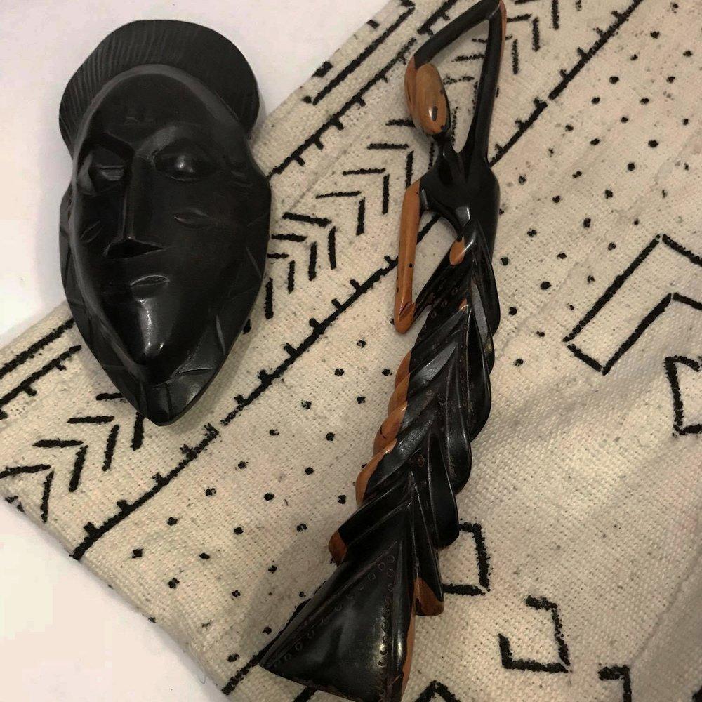 ACCESSOIRES - Des accessoires faits à la main par nos artisans. Vous trouverez des masques, des tableaux, des vases et bien d'autres!