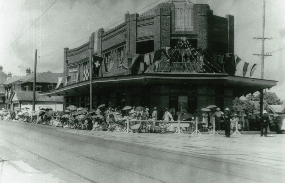 Crowds outside the Buena Vista hotel in 1954. Images: Mosman Library.